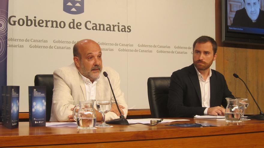 Isaac Castellano, consejero canario de Cultura, y Jorge Perdigón, director del FMC, este jueves en Santa Cruz