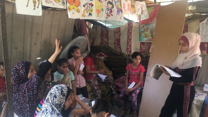 Fajir dando clase a los niños y niñas de su vecindario
