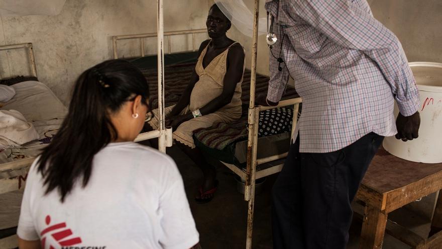Yanhial (en el centro), que está embarazada de nueve meses, habla con una doctora del servicio de maternidad de Médicos Sin Fronteras (MSF) en el hospital de Nasir, Sudán del Sur, en abril de 2014. / Foto: Adriane Ohanesian/ MSF.
