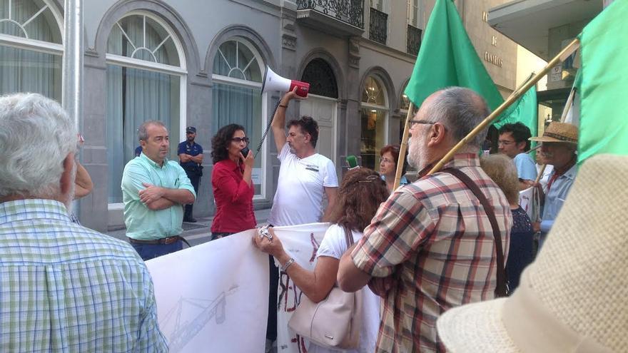 Diputados de Podemos se dirigen a los manifestantes tras salir adelante la ley.