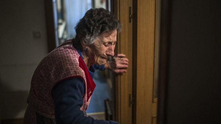 Jordi Bernabéu Farrús. Foto: Carmen Martínez Ayudo, de 85 años, llora durante su desahucio. ANDRES KUDACKI (AP) / Flickr