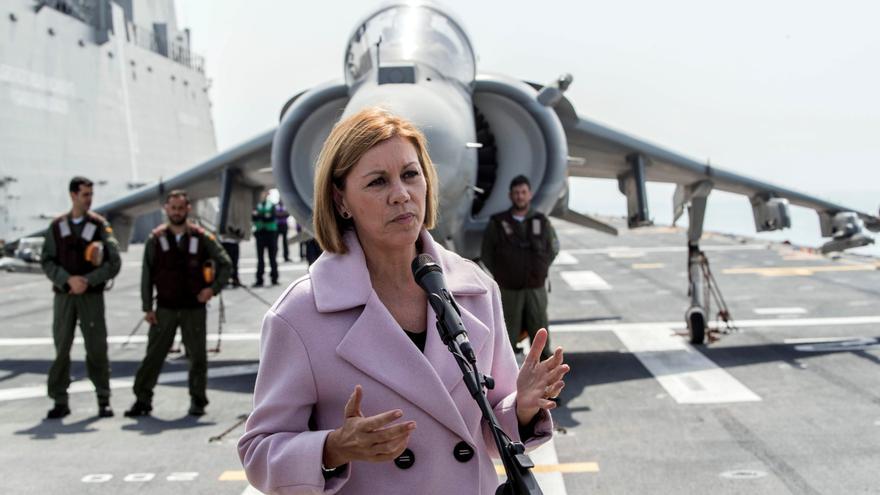 La ministra de Defensa, María Dolores de Cospedal, este lunes en el portaaeronaves Juan Carlos I en la Base Naval de Rota (Cádiz).