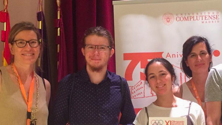 Equipo de estudiantes y la profesora que han logrado la segunda posición en la Olimpiada Española de Economía