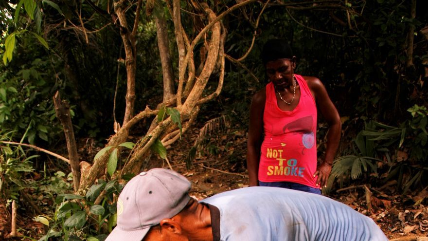Dos campesinos recogen agua de uno de los pozos.