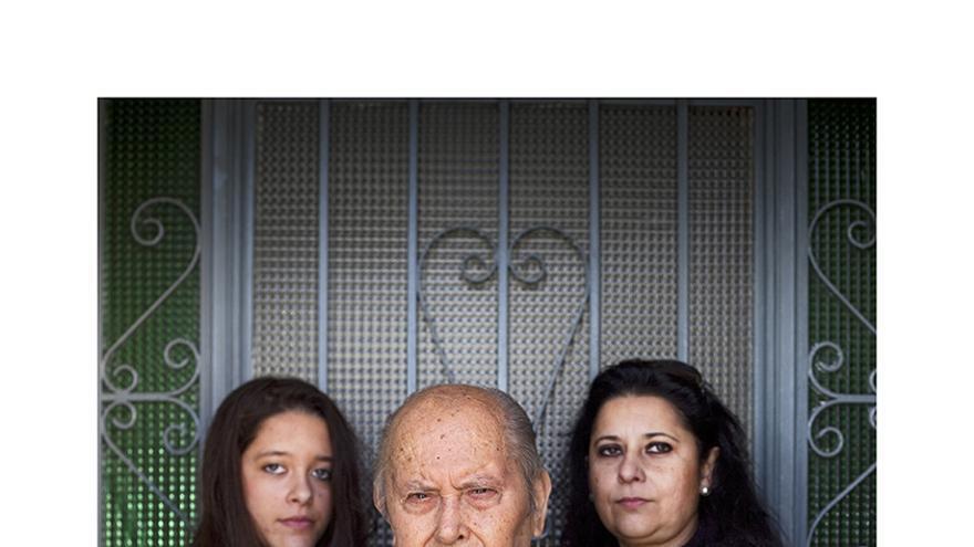 Miguel junto a su hija y su nieta, descendientes de Juan Landero.