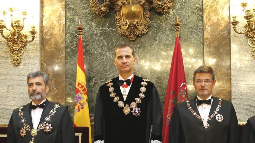 El rey, entre Carlos Lesmes y Rafael Catalá, durante la apertura del año judicial. Casa Real