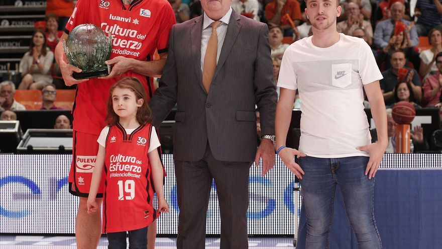Fernando San Emeterio va rebre de mans del president Vicente Solá el guardó que li acredita com a guanyador del Trofeu a l'Esforç.