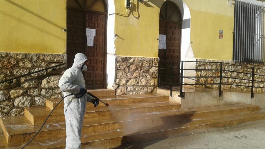 De la extinción de incendios a la lucha contra el coronavirus desinfectando residencias, pueblos y pedanías
