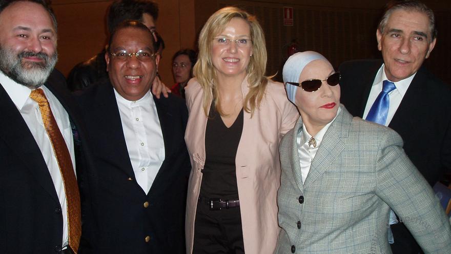 Alberto García Castaño (segundo por la izda.), coordinador del Instituto Alicia Alonso, en una foto con la recientemente fallecida bailarina