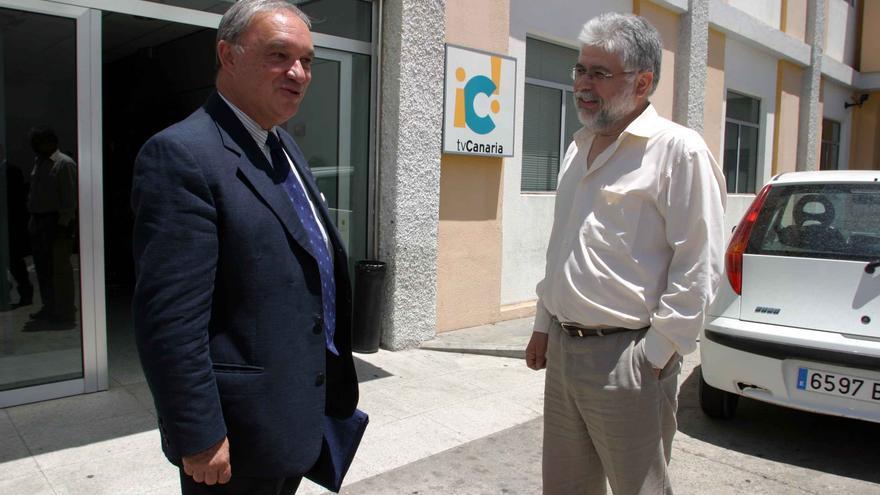 Esteban Morales junto a Fernando Fernández en la sede de Televisión Canaria, en una fotografía de archivo.