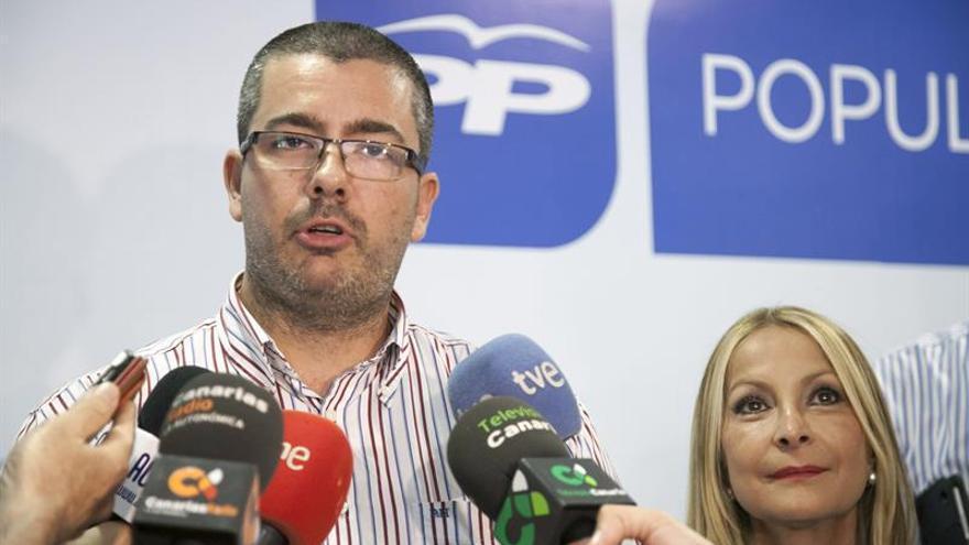 El representante de la Asociación Eólica de Canarias, Rafael Martel y la candidata del PP a presidenta de Canarias, Australia Navarro. (EFE/Ángel Medina G.)