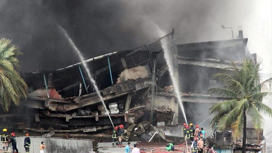 El Gobierno bangladeshí dice que reforzará el control tras el incendio con 25 muertos