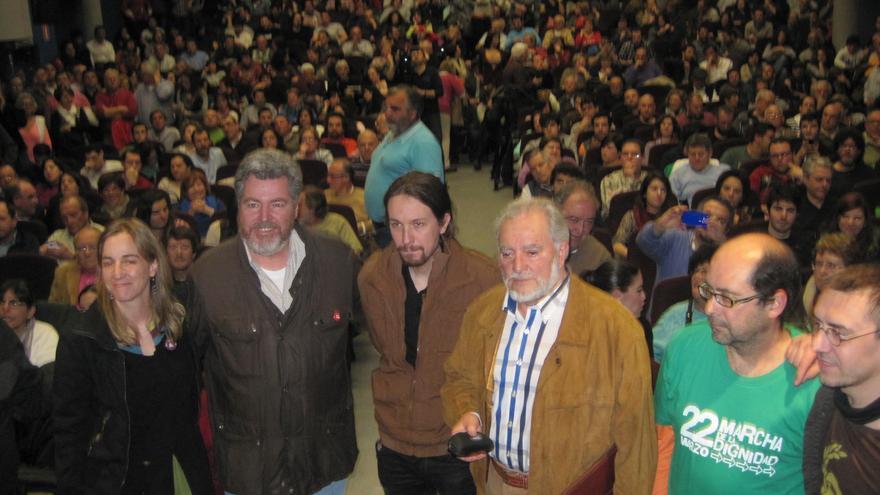 Los representantes de las fuerzas de izquierda en el Foro Social de Frente Cívico, en el salón de actos abarrotado de público.