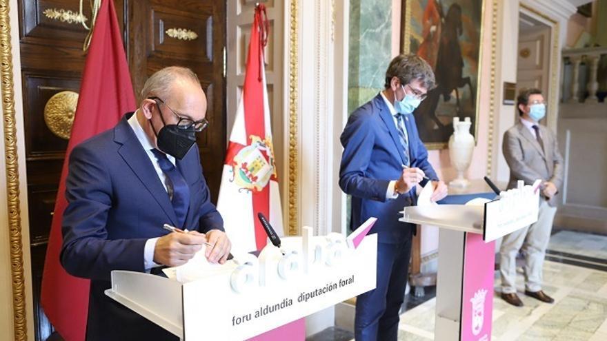 El diputado general de Álava, Ramiro González, y el alcalde de Vitoria-Gasteiz, Gorka Urtaran, firman el convenio.