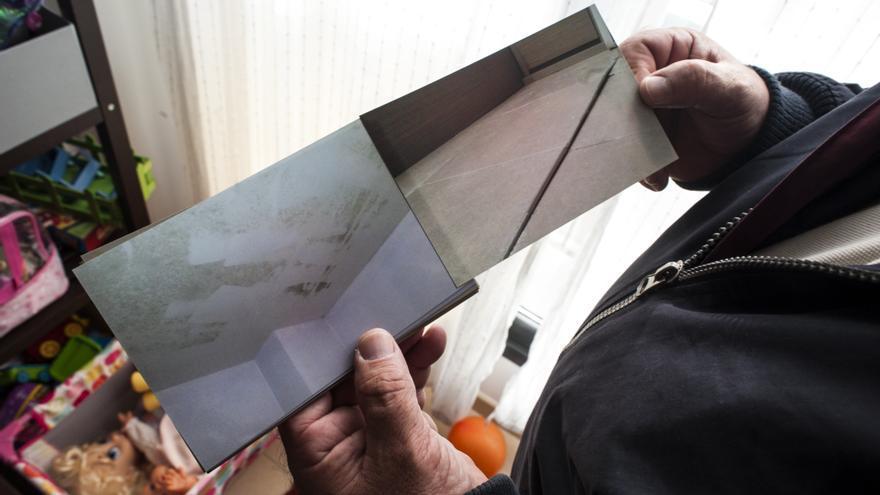 Jorge muestra cómo el moho floreció por las habitaciones y cómo las baldosas del suelo se han levantado. | J.G.S.