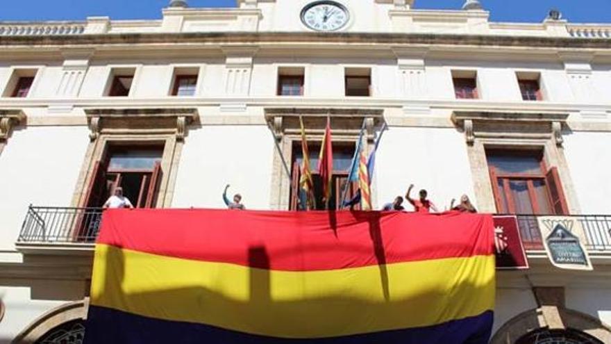 La bandera republicana en el ayuntamiento de Sagunt