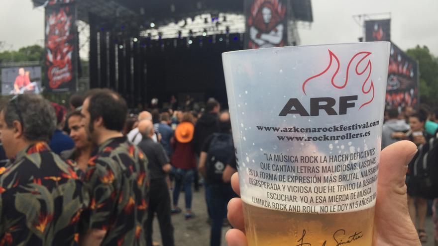 Los 'katxis' a 2,50, al fondo el escenario God, del Azkena Rock Festival.