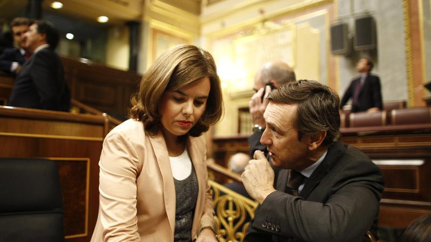 """El PP celebra que Santamaría se ocupe del """"desafío independentista"""" y no ve mal que Cospedal mantenga el partido"""