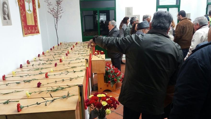 El Madroño celebra la inhumación de las 35 víctimas de la represión halladas en una fosa común