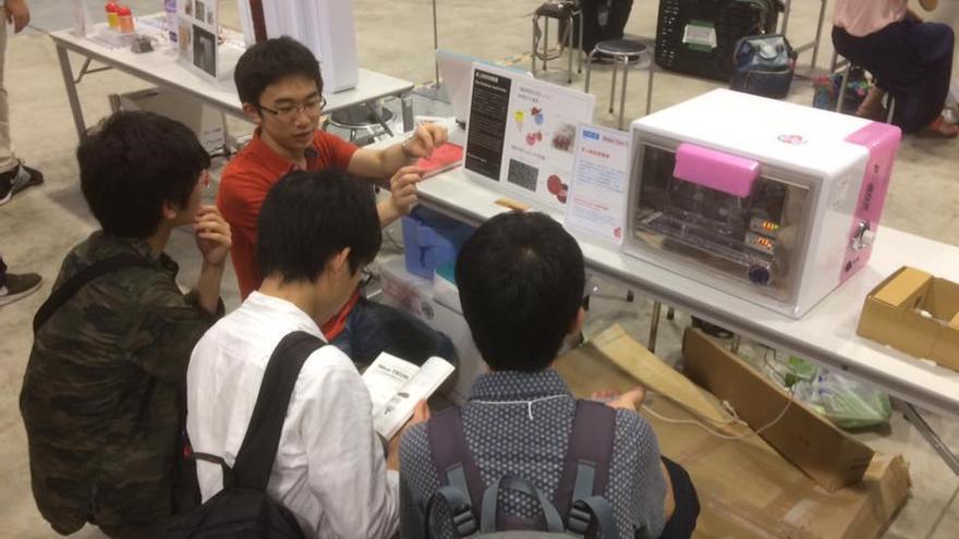 Estudiantes asistiendo a las explicaciones de creación de carne artificial del equipo de Shojinmeat
