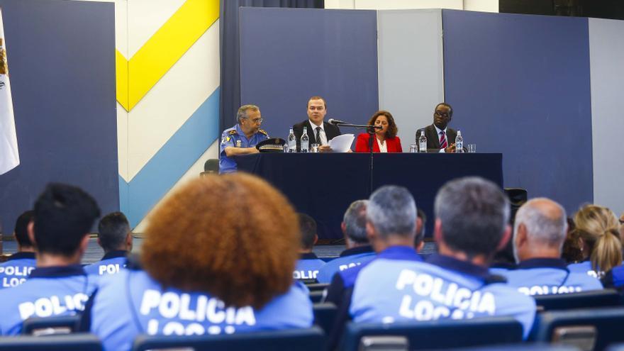 El alcalde, junto a la directora general de Seguridad y Emergencias, Eulalia Guerra, y el comisario principal jefe de la Policía Local, Javier Henríquez