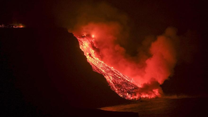 La Palma volcano lava reaches the sea