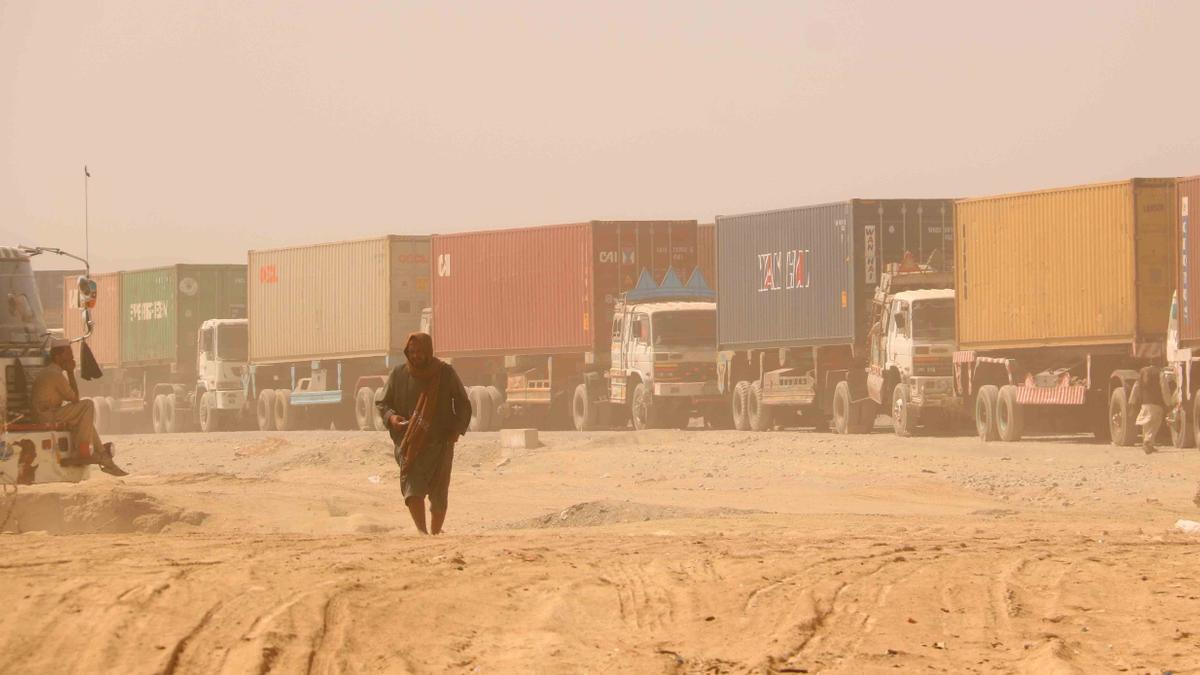 Camiones que transportan mercancías esperan para cruzar por el puesto fronterizo de Chaman, en Pakistán.
