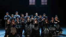 """El Ballet Nacional de España (BNE) en una actuación hoy en Pekín con la representación de las piezas """"Zaguán"""" y """"Alento"""", en abril."""