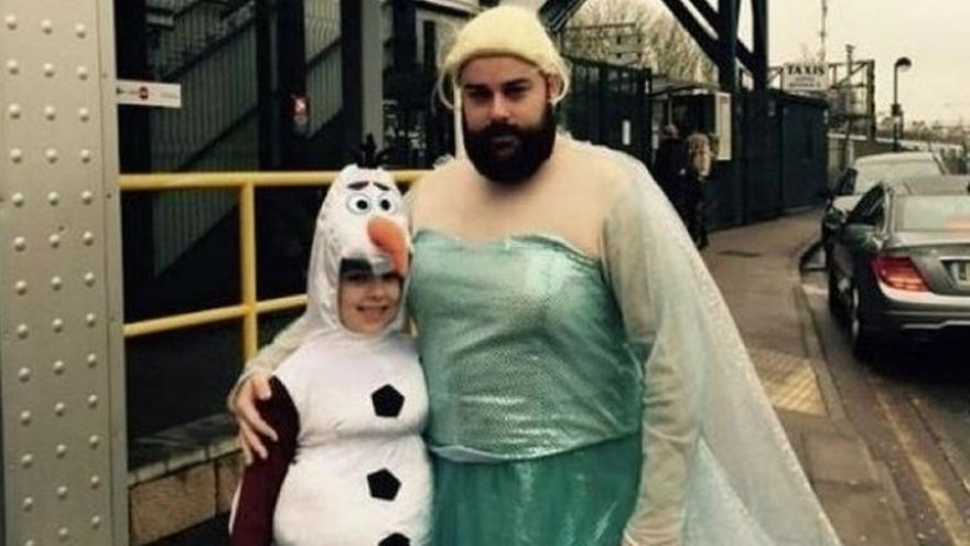 Un padre acompaña a su hija a un evento sobre Frozen en Londres.