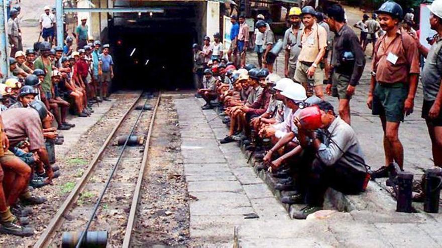 Al menos 5 muertos y 23 desaparecidos tras derrumbarse una mina en la India