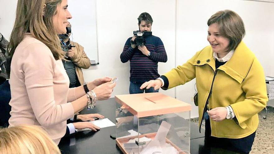 Isabel Bonig votando en la sede del PP de La Vall d'Uixó