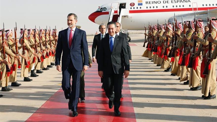 Felipe VI llega a Ammán para reunirse con Abdalá II antes del Foro Económico