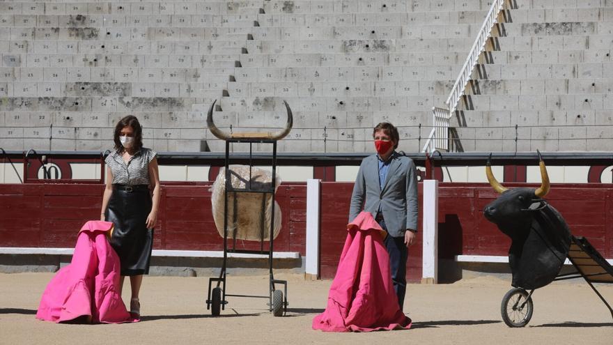 Isabel Díaz Ayuso y José Luis Martínez-Almeida en el acto para sellar su alianza a favor de los toros. / Ayuntamiento de Madrid