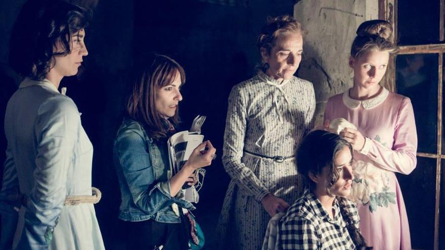 La Directora Paula Ortiz en un ensayo de 'La Novia' junto a su elenco de actrices. Foto: Facebook