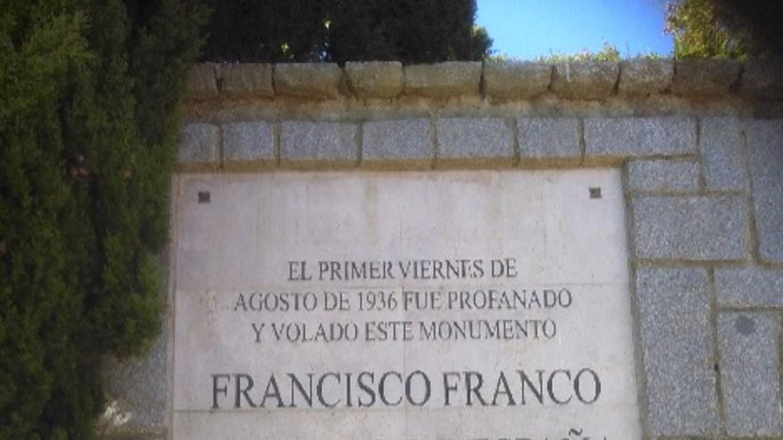 Placa situada en el monumento al Sagrado Corazón de Jesús en el Cerro de los Ángeles.