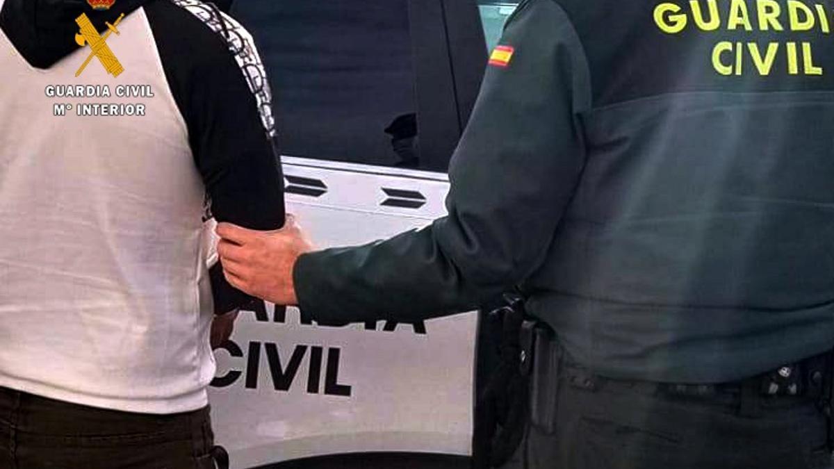 La Guardia Civil de Arucas detuvo a los dos varones de 30 y 37 años