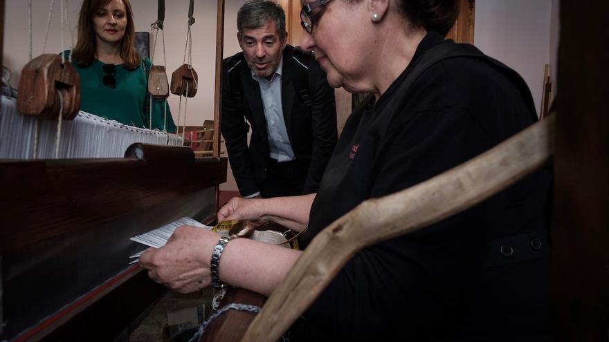 Nieves Lady Barreto, consejera de Política Territorial, y Fernando Clavijo, presidente del Gobierno de Canarias, este martes, en el Taller de Las Hilanderas de El Paso.