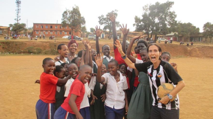 Campos con uno de los equipos de fútbol con los que trabaja como voluntaria en Uganda