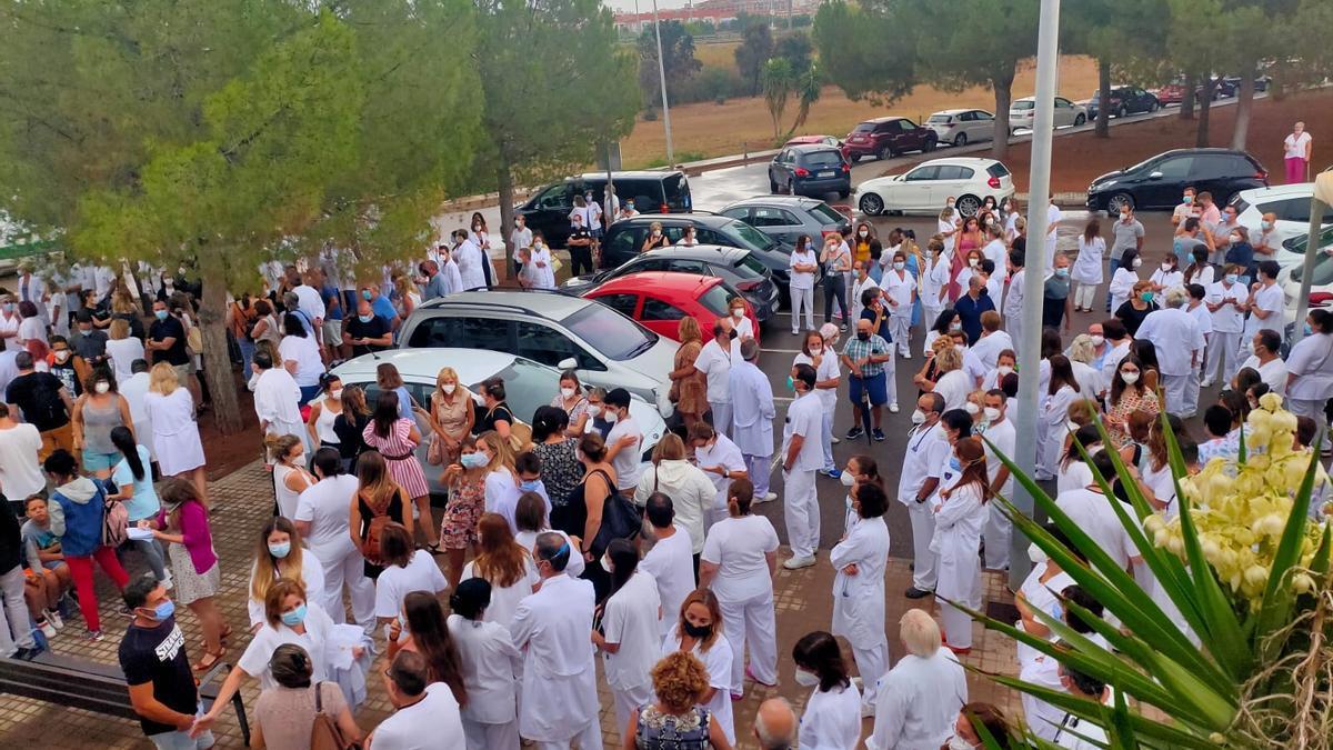 Médicos del Hospital de La Plana, en Castellón, se concentran contra la resolución judicial que impone la ozonoterapia.