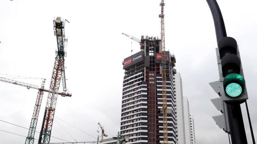 El precio de la vivienda podría caer este año hasta el 17 %, según AIS Group