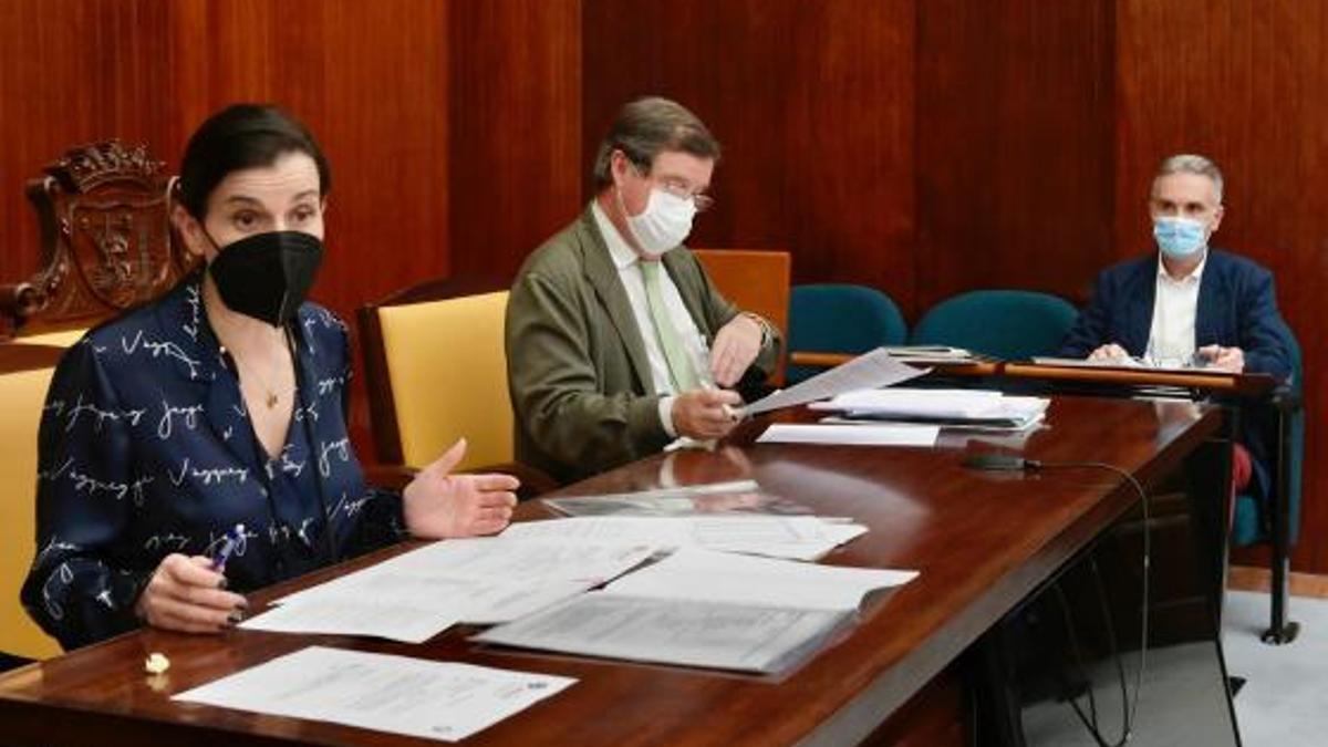 La alcaldesa de Santander, Gema Igual (PP), y el concejal de Hacienda a la derecha de la imagen.