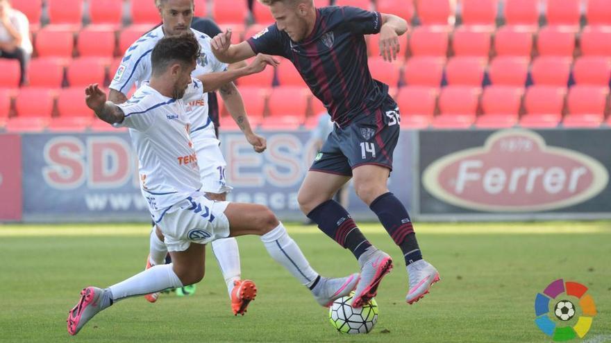 El lateral derecho catalán del CD Tenerife disputando un balón durante un encuentro. (clubdeportivotenerife.es).