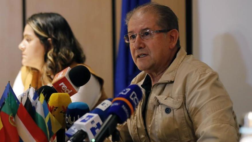 Alberto Rodríguez, de la Fundación Cetec, habla durante una rueda de prensa conjunta con la embajadora de la Unión Europea en Colombia, Patricia Llombart (fuera de cuadro), este lunes, en Bogotá (Colombia).