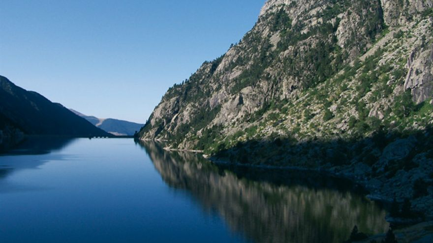 El agua de la presa de Cavallers en calma.