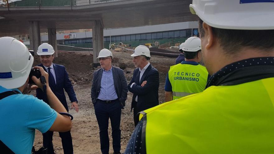 De izquierda a derecha, el alcalde de Las Palmas de Gran Canaria, Augusto Hidalgo; el presidente del Cabildo de Gran Canaria, Antonio Morales; y el consejero insular de Obras Públicas, Ángel Víctor Torres.