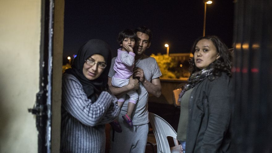 Mohamed con su hija pequeña y su esposa, Muna.