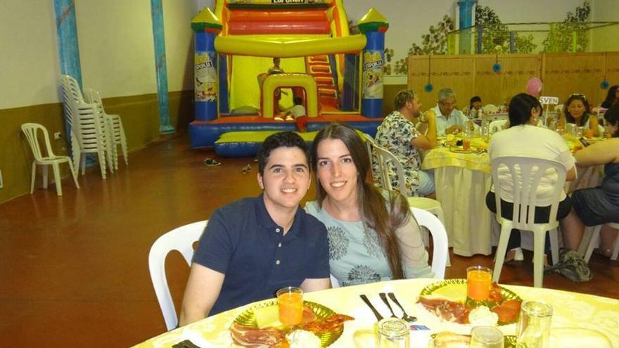 Alex Salinas junto a su pareja