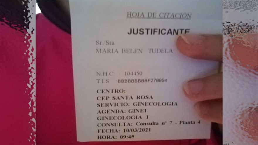 María Belén Tudela sostiene el resguardo de su cita