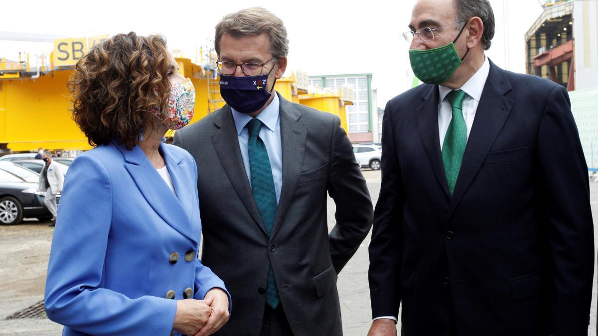 La ministra María Jesús Montero con el presidente de la Xunta de Galicia y el presidente de Iberdrola. EFE/Kiko Delgado