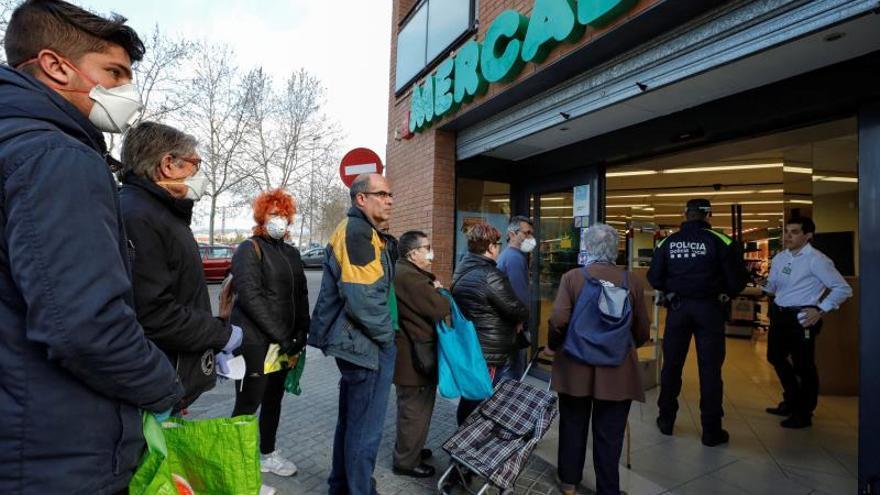 Colas en la puerta del supermercado antes de que abra, como esta mañana en Vilanova del Camí, donde ha acudido la policia urbana para poner orden y organizar las filas.